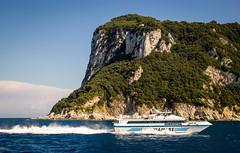 Azul y Verde (Fernandolunad) Tags: airelibre mar acantilado paisaje landscape cliff italy italia capri europa europe mediterraneo mediterranean boat lancha sea azul blue