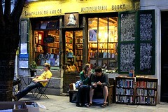 Shakespeare and Co (Peter Denton) Tags: paris france night catchycolors buch europe relaxing libro eu books literature bookstore livro relaxation bookshop leftbank parijs rivegauche shopfront libreria parigi livraria buchhandlung shakespeareandco peopletalking buchhandel livreiro libraio ruebcherie canoneos60d peterdenton