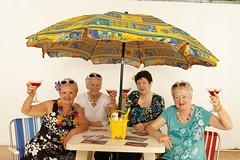 乾杯するおばあちゃんたち