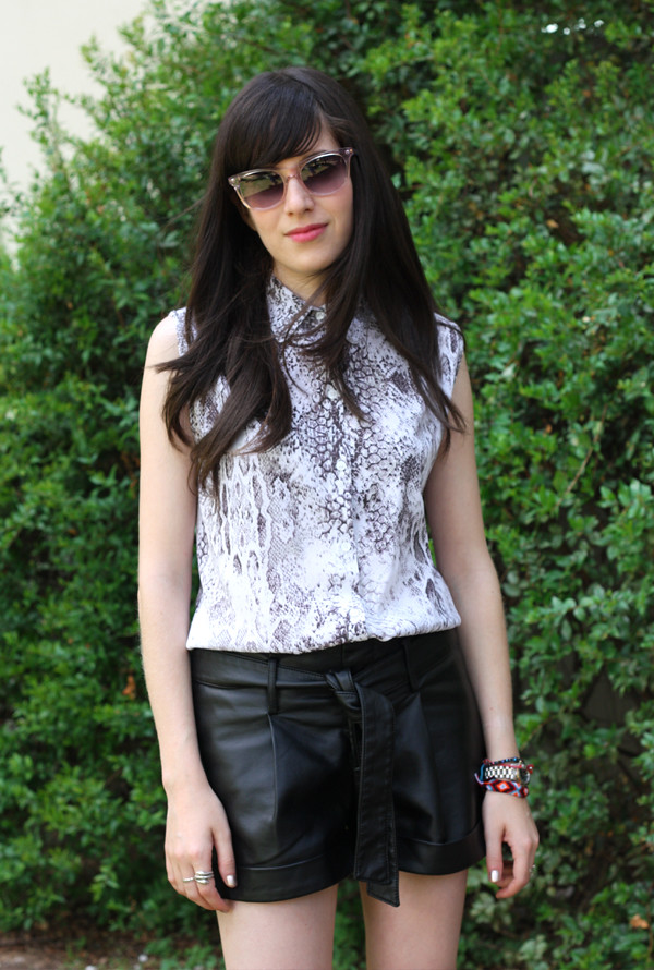 sanke_sleeveless_blouse_leather_shorts