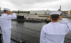 USS Carr Sailors render honors to the Russian navy diesel-electric submarine St. Petersburg (Official U.S. Navy Imagery) Tags: stpetersburg russia navy sailors sailor usnavy honors guidedmissilefrigate russiannavy portofstpetersburg foreignmilitary usscarrffg52 dieselelectricsubmarine stpetersburg677