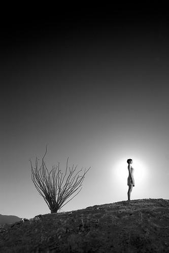 [フリー画像] 人物, 女性, 人と風景, モノクロ写真, 201106161700