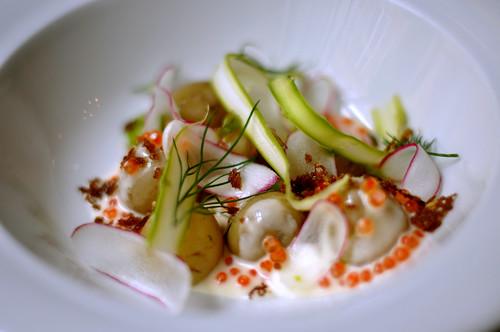 Nye kartofler med rygeost, radiser, asparges og ørredrogn