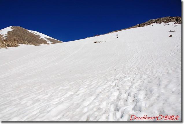登山客穿越雪原直抵稜線