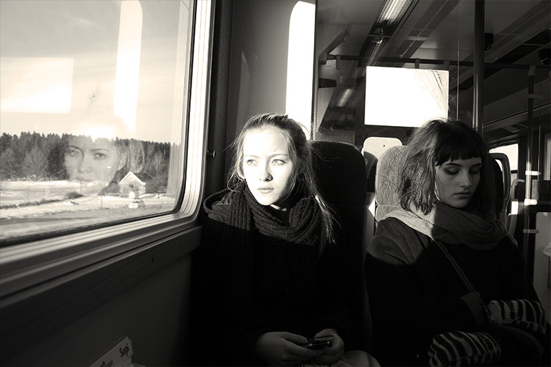 Bella och Caisa på tåget påväg hem