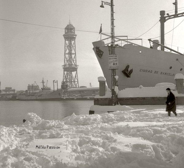 port de Barcelone recouvert d'une neige �paisse en d�cembre 1962