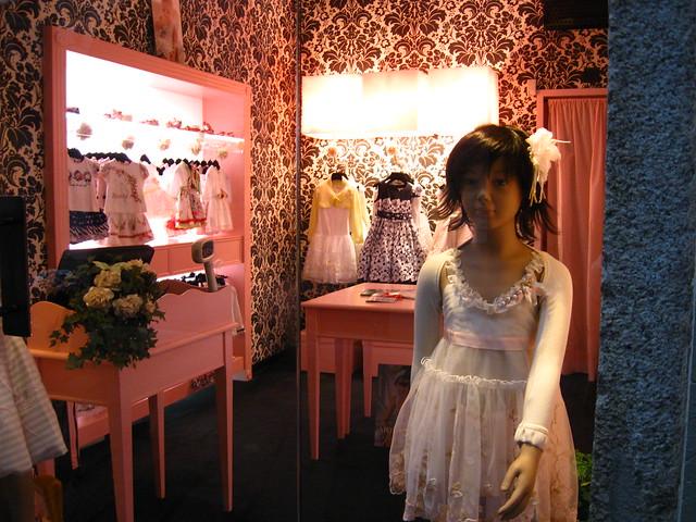 子ども服のお店のフリー写真素材
