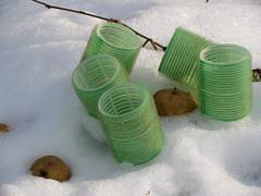5 Wickler im Schnee (MKP-0508) Tags: schnee white snow green potatoes vert neige curler grn blanc potatos kartoffeln weis pommesdeterre bigoudis rouleaux lockenwickler hairroller sculpturetrouve