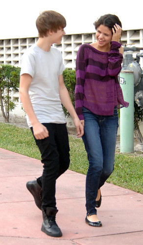 justin bieber selena gomez beach 2011. Justin Bieber amp; Selena gomez