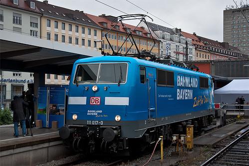 Zur Vorstellung und Loktaufe steht 111 017 am Gleis 35 des Münchner Hauptbahnhofs