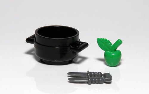 7952 - 2010 Kingdoms Advent Calendar - Day 18 - Cauldron, Apple, Knives