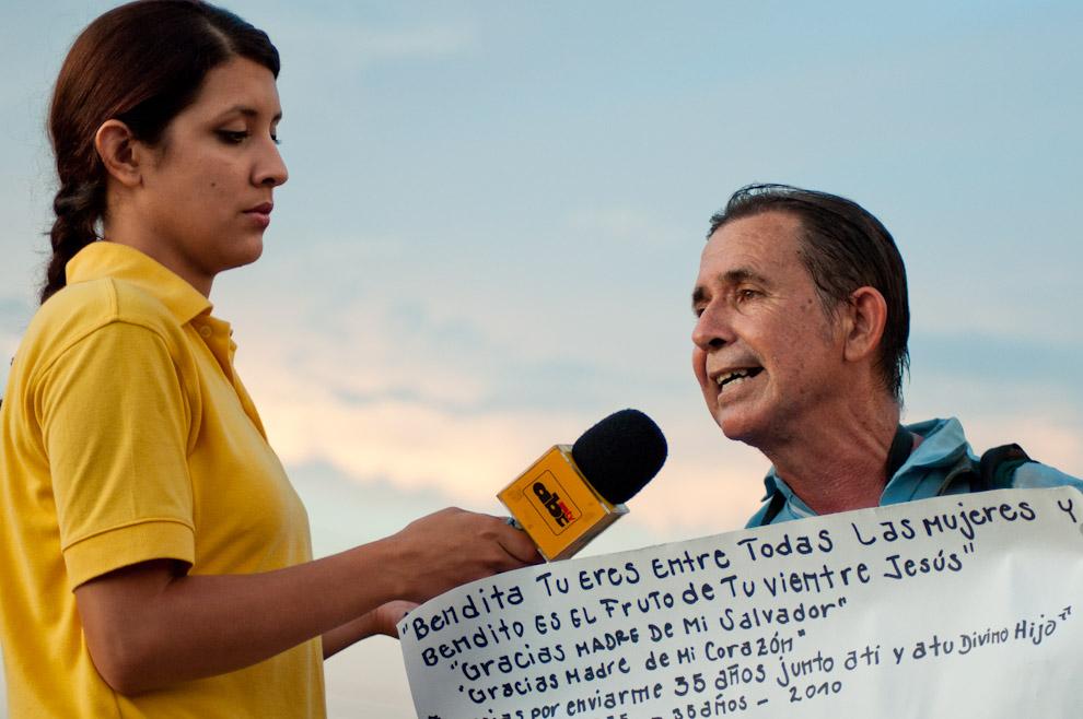 Un Peregrino que visita a la Virgen de Caacupé hace 35 años cada 7 de Diciembre es entrevistado por un Móvil de ABC Color en la localidad de Curuzú Peregrino en la entrada a Caacupé entre todas las personas que van llegando para dar una pausa a la caminata. (Elton Núñez - Caacupé, Paraguay)