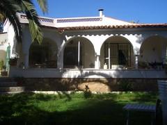 bonito chalet construido todo en una planta. Pida más información en su agencia inmobiliaria Asegil de Benidorm  www.inmobiliariabenidorm.com