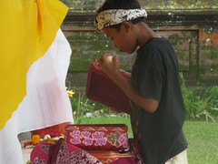 prire  Ulu Danu (ben ot) Tags: bali indonesia prayer indonsie prire candikuning uludanu bali2010 lacpratan pratanlake