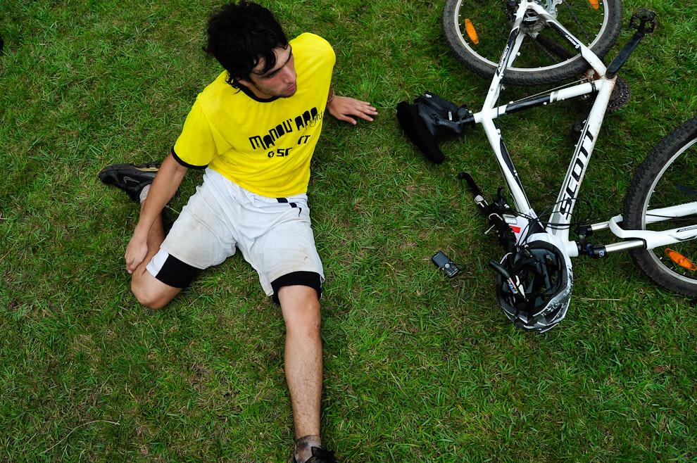 Ejercicios de estiramientos son llevados a cabo por un participante que acaba de terminar su carrera en Bicicleta antes descansar y almorzar un rico asado que lo espera. (Elton Núñez - Piribebuy, Paraguay)