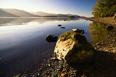 derwentwater (Dennis_F) Tags: uk autumn sunset england sky lake fall beach water rock stone zeiss landscape see unitedkingdom stones district derwent sony united herbst wide lakedistrict himmel kingdom derwentwater fullframe dslr landschaft stein lakeland ultra ssm thelakes 1635 uwa thelakedistrict weitwinkel ultrawideangle uww a850 163528 sonyalpha sonydslr vollformat zeiss1635 sal1635z cz1635 sony1635 dslra850 sonya850 sonyalpha850 alpha850 sonycz1635