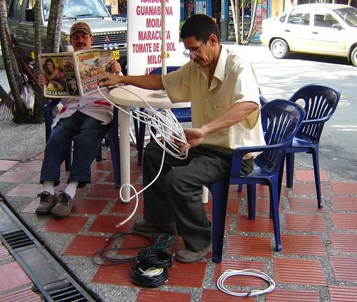 ENROLLA CABLE DE PARABÓLICA EN CAFETERÍA