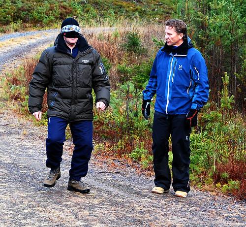 Morten Nygård instruerer deltageren i en slags blindebukk