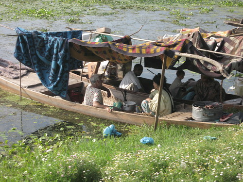 Casa flotante sobre el lago Dal de Srinagar
