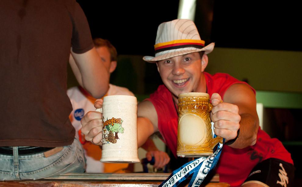 Eder Riveiro sostiene 2 manijas de Chop durante el desfile de apertura del Chop Fest en el Club Alemán de la Ciudad de Obligado que se llevó a cabo el 19 de Noviembre. (Elton Núñez - Obligado, Paraguay)
