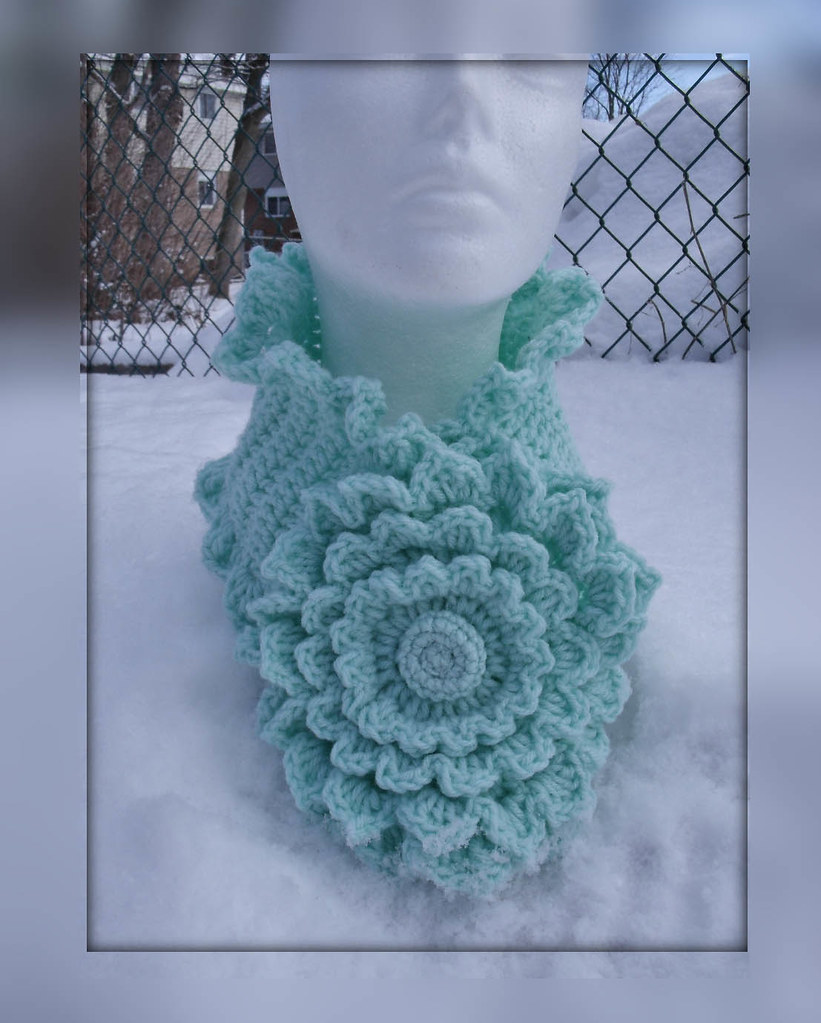Crochet neckwarmer Minty flower