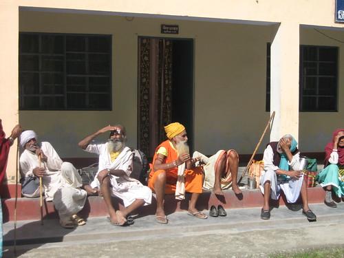 Mi amigo, vestido de naranja, imparte una clase durante la larga espera.