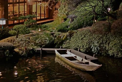 鶯啼庵の池と舟