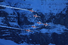 Patrouille Suisse in der Formation / Figur Cygne / Cigno ber dem Kanton Bern in der Schweiz (chrchr_75) Tags: mountains alps army schweiz switzerland force suisse swiss military air tiger berge demonstration bern alpen christoph svizzera berne schweizer wengen berner januar armee berna 1101 samstag militr kleine berneroberland oberland luftwaffe programm scheidegg suissa northrop kunstflug patrouille 2011 lauberhorn patrouillesuisse f5e kanton chrigu kampfflugzeug vorfhrung kantonbern brn chrchr kampfjet hurni lauberhornrennen chrchr75 chriguhurni kunstflugstaffel albumschweizerluftwaffe januar2011 chriguhurnibluemailch albumzzz201101januar albumpatrouillesuisse hurni110115