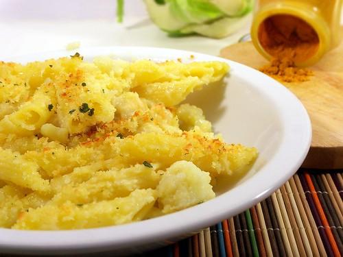 Pasta al forno con cavolfiore aromatico e crumble al formaggio, salva ed aglio