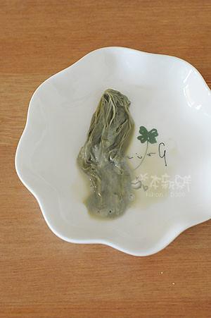 黑豆豆漿放涼後,表層的豆皮