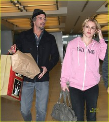 Britney na lotnisku JFK International Airport w L.A-07-(Britney.com.pl) 23.12.2010 (britneyspears.hpu.pl) Tags: newyorkcity usa newyork travelling boyfriend hat hoodie airport girlfriend couple candid sweatshirt halflength knitcap britneyspears leggings jasontrawick