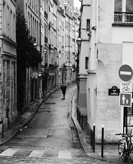 Le vent souffle dans la rue, attention au parapluie (. ADRIEN .) Tags: street winter snow france photo shot candid hiver neige rue slarue attentionauparapluie