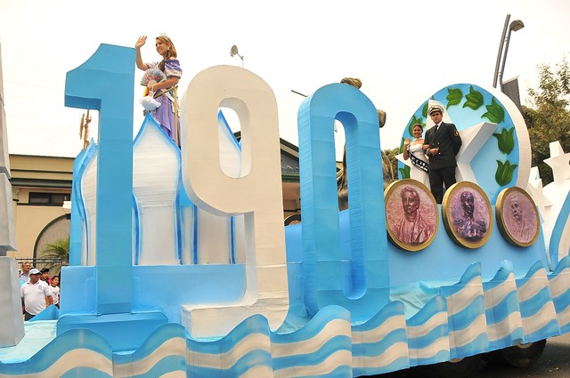 Melissa De la Vega, reina de Guayaquil, estuvo en el carro alegórico de esta ciudad