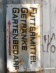 Stille Reserve (web.werkraum) Tags: urban germany deutschland typography reserve schild typo schrift mittel mecklenburg typographie mecklenburgvorpommern pfeil getrnke versalien bedarf altkarin bildfindung berlinerknstlerin tagesnotiz webwerkraum karinsakrowski futtermittel abgelagert von2010
