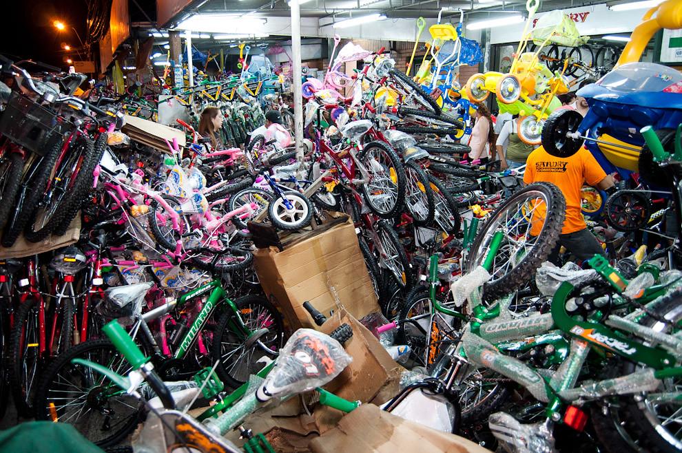 En la madrugada del 6 de enero muchos negocios que comercializan bicicletas sobre la Avenida Petirossi amontonaron sus productos afuera para facilitar a los Reyes Magos la búsqueda de presentes. (Elton Núñez - Asunción, Paraguay)