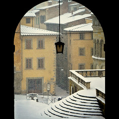 thROUgh tHe aRCh (David Butali) Tags: winter italy snow fountain lamp silhouette del rural grande italia country campagna tuscany neve piazza toscana tribunale arezzo landascape vasari 24105 scalinata pieve logge absolutegoldenmasterpiece
