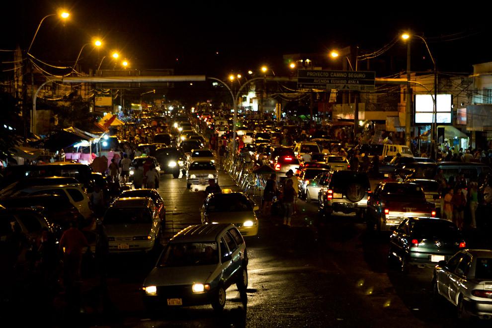 La Avenida Eusebio Ayala totalmente congestionada por la masiva asistencia de personas que llegaban para adquirir los regalos por el día de Reyes. (Tetsu Espósito - Asunción, Paraguay)
