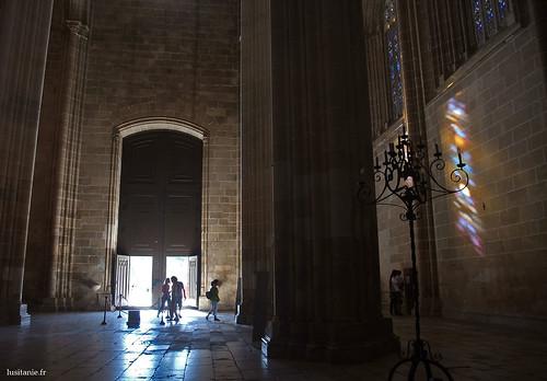 As luzes coloridas dos vitrais refletem-se nas paredes