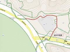 地號131道以紅線標示。下方黃色標示的橫向道路為通往東湖地區的康湖路。
