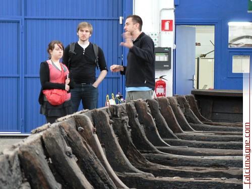 Xabier Agote accueille la délégation du PABA au chantier Ontziola, à Pasaia, où des répliques d'aciennes embarcations basques sont construites. - Photo: N. Falcimaigne