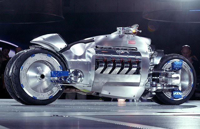 moderna moto metálica gigante