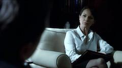 Psychologist Foster (actor: Kelli Williams) wi...