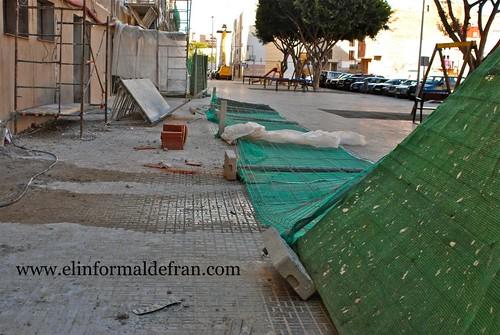 SE vuelca una valla en la Calle General Gotaredona