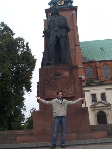 Yo en Gniezno bajo la estatua de Boleslao el Bravo
