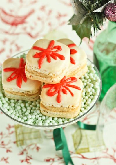 christmas_present_macarons