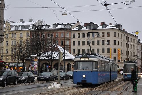 Auf Einrückfahrt: P-Wagen 2021 verlässt den Max-Weber-Platz (Bild: Alfons Siebenweiber)