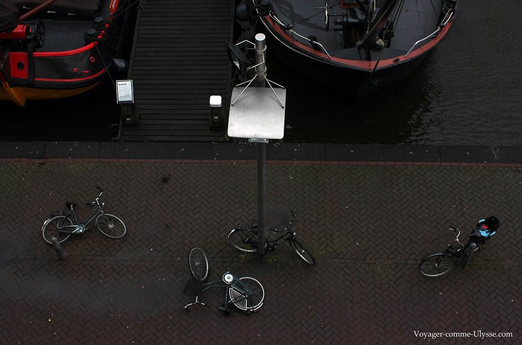 Les vélos stationnés tombent souvent, poussés par le vent