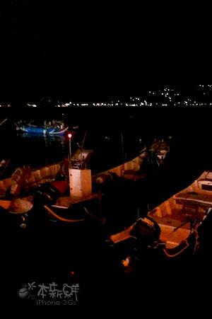 停靠的船隻,遠方的燈火