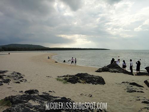 samila beach and tourists