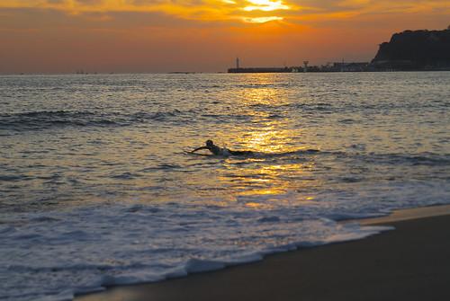 夕暮れの中いざ海へ
